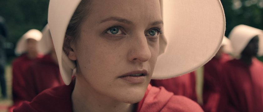 elisabeth-moss-in-the-handmaids-tale